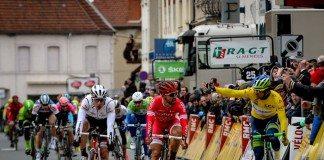 C'était tendu entre Nacer Bouhanni et Michael Matthews à l'arrivée de la deuxième étape de Paris-Nice 2016. Photo : ASO/G.Demouveaux