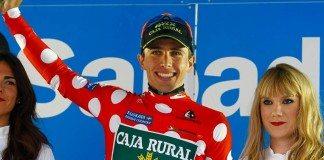 Jonathan Lastra sur le podium de la e étape du Tour du Pays-Basque avec le maillot à pois. Photo : Caja Rural