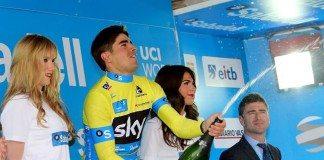 Mikel Landa tout de jaune vêtu sur le podium de la deuxième étape du Tour du Pays-Basque 2016. Photo : Sky.