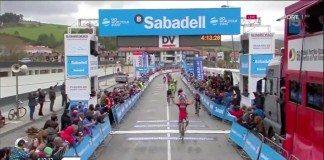 Samuel Sanchez vainqueur juste devant le peloton de la quatrième étape du Tour du Pays-Basque. Photo: BMC.
