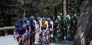 Thibaut Pinot bien entouré par ses coéquipiers sur le Critérium International 2016. Photo : Pressesports/FDJ