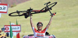 Tim Wellens porte son vélo comme trophée après sa victoire sur la 6ème étape du Tour d'Italie 2016. Photo : Giro d'Italia