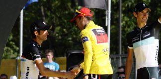 TODAYCYCLING - Cadel Evans entouré des frères Schleck sur le podium du Tour de France 2011. Photo : Wikipédia