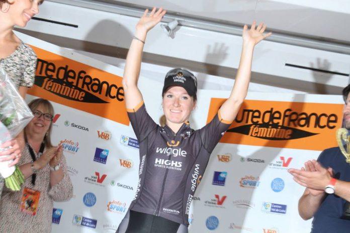 TODAYCYCLING - Amy Pieters sur le podium après sa victoire sur le prologue. Photo : Route de France