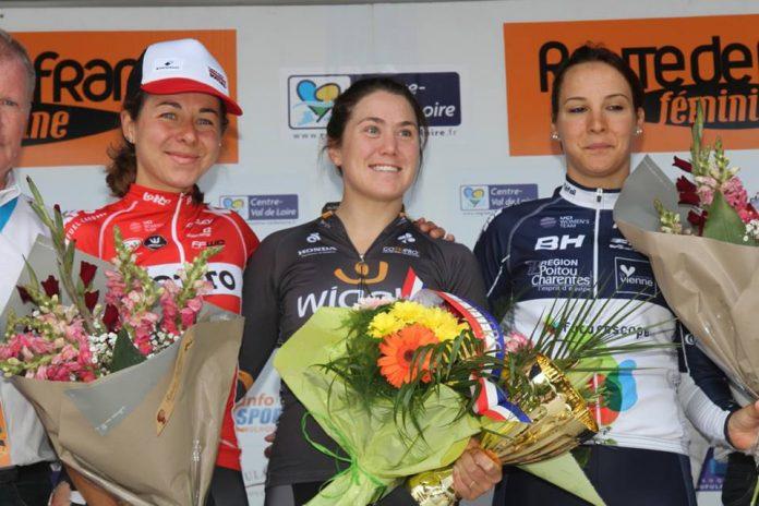 TODAYCYCLING - Chloe Hosking sur le podium de la Route de France après sa victoire sur la 3e étape. Photo : Route de France