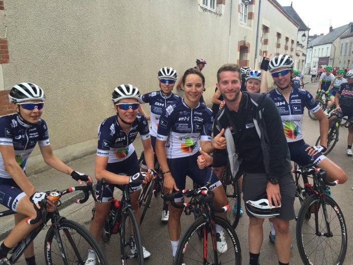 TODAYCYCLING - L'équipe Poitou-Charentes.Futuroscope autour de Roxane Fournier après sa victoire sur la 2e étape. Photo : Route de France