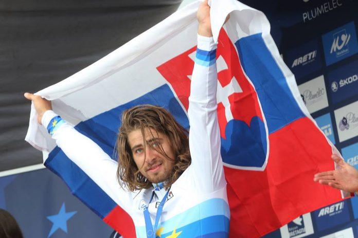 TODAYCYCLING - Peter Sagan, comme à Richmond en 2015 (mondiaux qu'il a remportés), mène les couleurs de la Slovaquie sur la plus haute marche du podium à Plumelec à l'occasion des championnats d'Europe 2016. Photo : Bettini/Peter Sagan