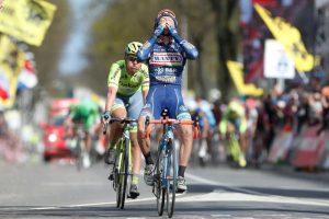 TodayCycling - Gasparotto s'impose sur l'Amstel et rend hommage à son coéquipier Antoine Demoitié, décédé trois semaines plus tôt. Photo : Amstel Gold Race