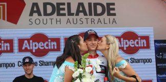 TODAYCYCLING - David Tanner, élu plus combatif d'étape, reçoit la bise des hôtesses sur le podium protocolaire. Photo : Tour Down Under