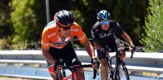 TODAYCYCLING.COM - Richie Porte attaque avec sur le dos le maillot de leader. Photo : Tour Down Under