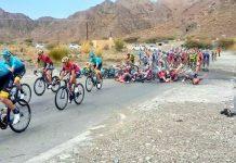 Romain Bardet pris dans une chute spectaculaire sur le Tour d'Oman