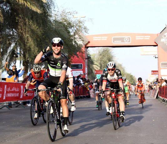 Mark Cavendish, vainqueur, évite les chutes au Tour d'Abu Dhabi