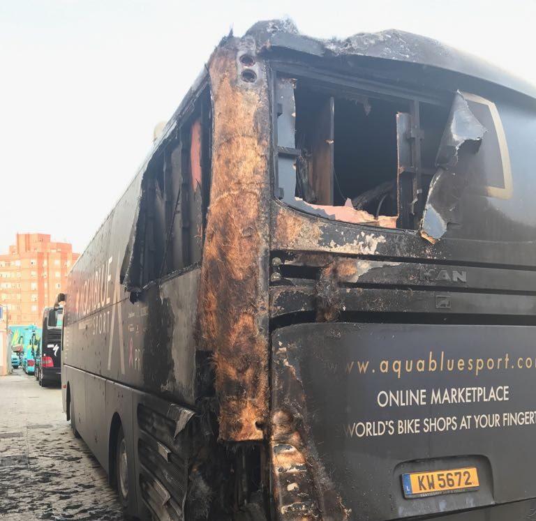 Le bus de l'équipe Aqua Blue incendié — Vuelta