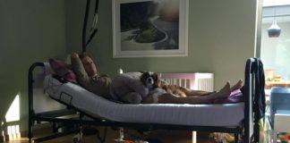Jan Bakelants dans un lit médicalisé à son domicile
