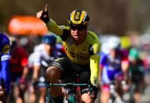 Dylan Groenewegen s'empare du maillot jaune de leader de la course.