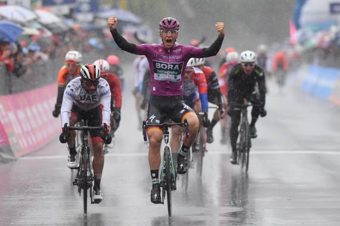 Pascal Ackermann conforte son maillot cyclamen.