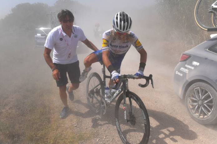 Julian Alaphilippe crevaisons Strade Bianche