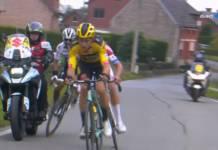 La chute de Julian Alaphilippe sur le Tour des FLandres 2020 en percutant une moto.