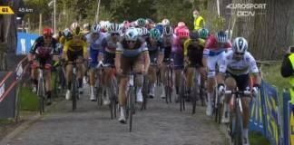 Julian Alaphilippe à l'attaque sur le Tour des Flandres 2020.