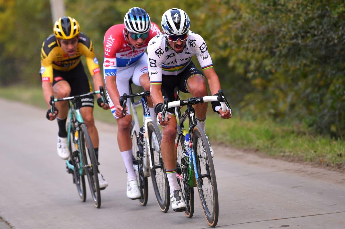 Tour des Flandres : Julian Alaphilippe percute une moto et chute