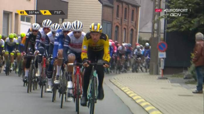 Le peloton du Tour des Flandres 2020 arrive sur les secteurs pavés !