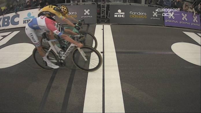 Mathieu van der Poel s'impose sur le fil sur ce Tour des Flandres 2020 devant Wout van Aert