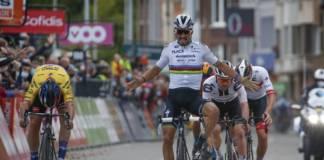 Julian Alaphilippe lève les bras mais se fait battre sur la ligne par Primoz Roglic sur Liège-Bastogne-Liège 2020.