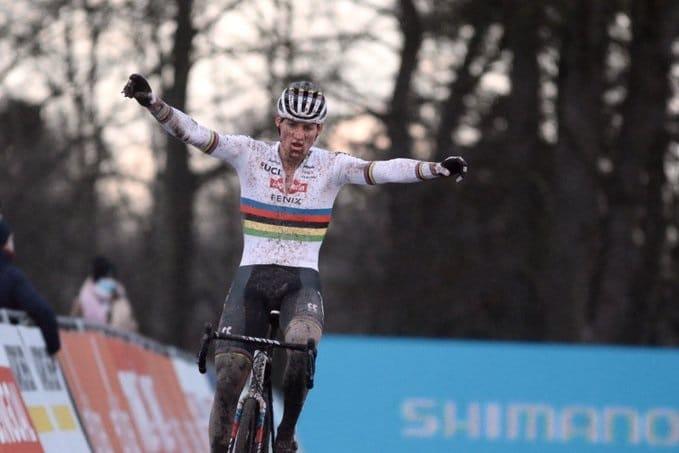Mathieu van der Poel bat van Aert et Pidcock
