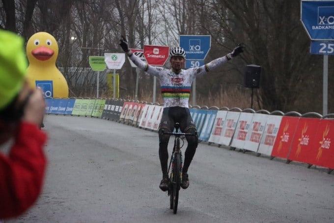 Mathieu van der Poel s'impose, Wout van Aert 2e