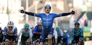 Sam Bennett a remporté la 1e étape de Paris-Nice 2021. Et il est donc le premier porteur du maillot jaune de leader.