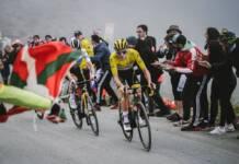 Tadej Pogacar vainqueur d'une étape avec le amillot jaune au Tour de France 2021